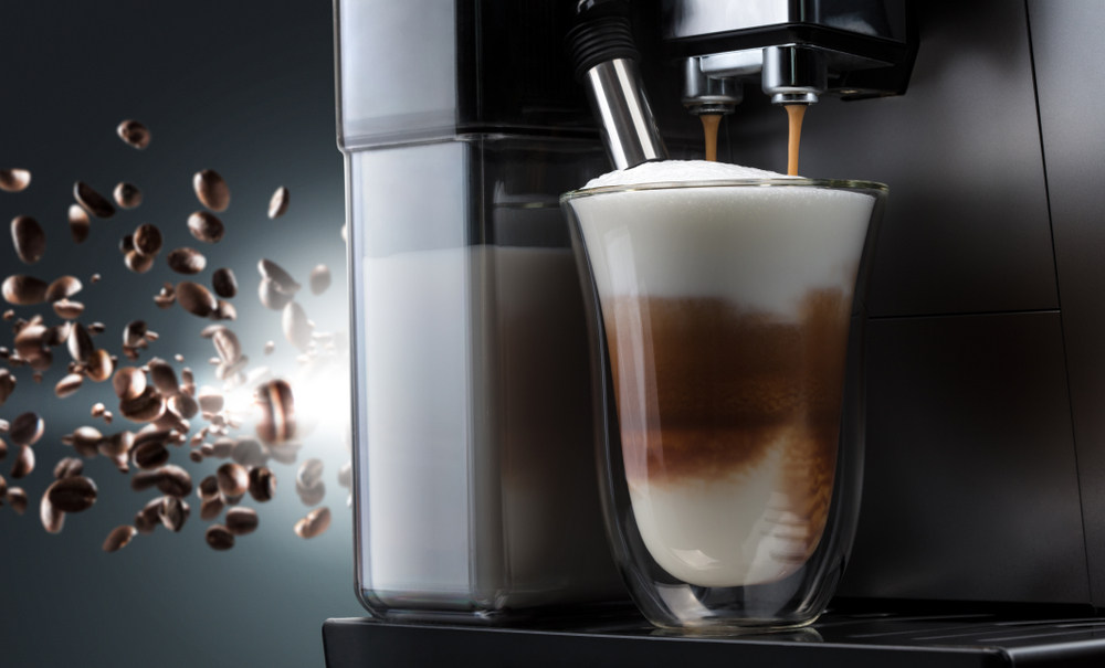 Kaffeevollautomat produziert Latte Macchiato